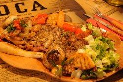 Coaste de porc cu sos afumat, sos din ardei iuți uscați, legume și cartofi chipsuri