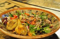 Salată cu rață coaptă și pere caramelizate