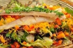 Salată cu păstrăv afumat