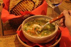 Supă cu găluște de carne din puiul fermierului