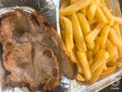 Ceafă de porc la grătar cu cartofi prăjiți și salată de varză image