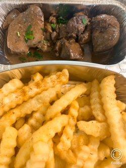 Ficăței de pui la tigaie cu vin și usturoi, cartofi prăjiți și salată de varză image