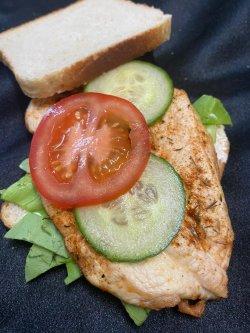 Sandwich cu grill de pui image