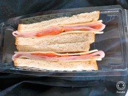 Sandwich cu șuncă praga, cașcaval și roșii image