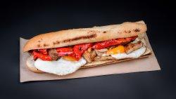 Baghetă cu ouă ochiuri, bacon și ardei copt pe plită image