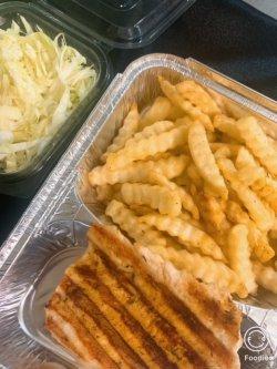 Piept de pui la grătar cu cartofi prăjiți și salată de varză image