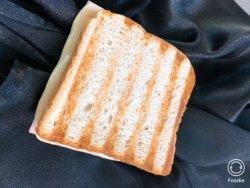 Sandwich toast cald cu șuncă praga și cașcaval image
