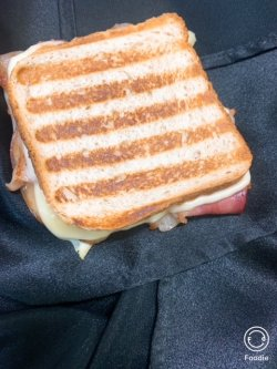 Sandwich toast cald cu bacon  si cascaval image