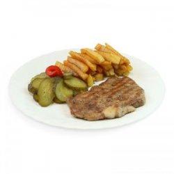 Ceafă de porc la grătar cu cartofi pai, salată de castraveți murați și pâine