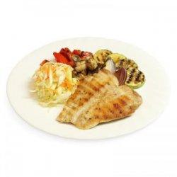 Piept de pui la grătar cu legume la grătar, salată de varză și pâine