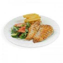 Piept de pui la grătar cu cartofi pai, salată asortată și pâine