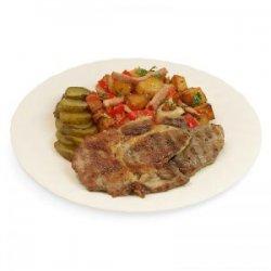 Ceafă de porc la grătar cu cartofi țărănești, castraveți murați și pâine