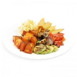 Legume la grătar, cartofi prăjiți, cartofi picanți, salată de varză și pâine
