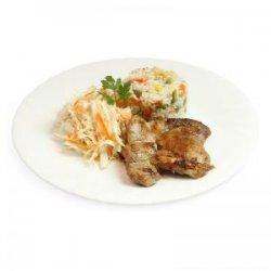 Pulpe de pui dezosate la grătar, orez cu legume, salată de varză și pâine