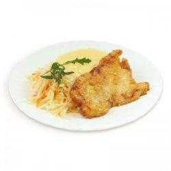 Șnițel din piept de pui cu piure de cartofi, salată de varză albă și pâine