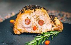 Mușchi de porc la cuptor împănat cu bacon și cârnăciori image