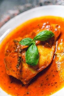 Pulpă de curcan la cuptor cu sos din roșii cu usturoi și ierburi aromatice image