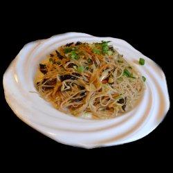 Spaghete de orez cu ou și ceapă image