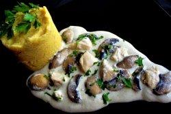 Ciulama de pui cu ciuperci, usturoi și mămăliguță image