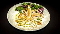 Calamari grill cu mix de salată și sos salsa verde image