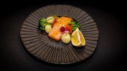 Somon file în sos de citrice cu legume blanșate image
