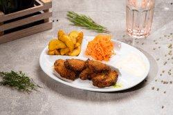 Aripioare de pui picante în pesmet cu cartofi wedges și salată de varză image