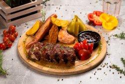 Coaste de porc la cuptor cu cartofi confiați,murături și sos barbeque image