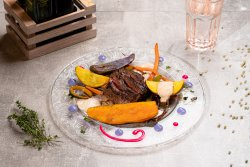 Muschi de vită maturat cu mix de cartofi confiați,legume blanșate și sos de piper verde cu trufe image