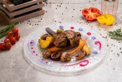 Muschiuleț de porc la grătar cu cartofi confiați și ciuperci caramelizate image
