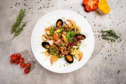 Salată cu fructe de mare image
