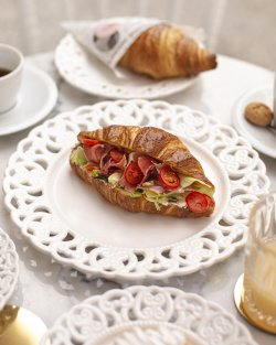 Croissant prosciutto crudo image