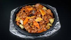 Vită cu legume la platou fierbinte image