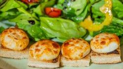 Salată de spanac proaspăt cu brânză caldă de capră / Fresh Spinach Salad with Warm Goat Cheese image