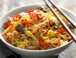 Tăiței (spaghete de orez) cu piept de rață