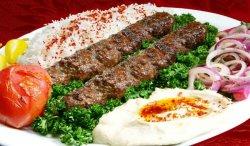 Kebab de vită la farfurie image