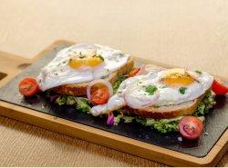Ouă ochiuri pe pat de salată și pâine image