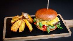 Burgerul casei cu cartofi copți și rozmarin image