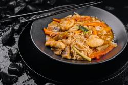 Noodles cu pui si arahide image