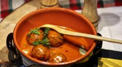 Chifteluțe de porc marinate în sos de roșii image