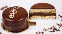 Prajitura Opera cu cremă de ciocolată neagă și blat însiropat cu cafea image