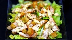 Salată Caesar cu piept de pui grill image