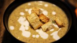 Supă cremă de legume, smântână și crutoane image