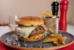 Hamburger Gourmet Premium Black Angus cu cartofi prăjiți image