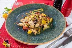 Wok de pui cu legume și susan colorat image