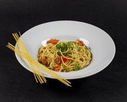 Spaghete cu usturoi, ulei de măsline și ardei iute image