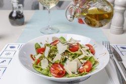 Salată de rucola și parmezan image
