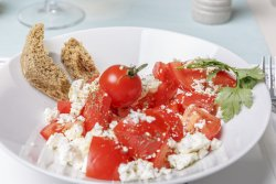 Salată de roșii cu brânză feta image