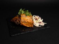 Coaste de porc cu cartofi steakhouse și salată coleslaw image