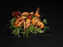 Creveți Black Tiger la grătar cu salată verde și dovlecei tempura image