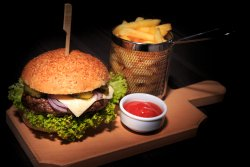 Burger & cartofi + sos image